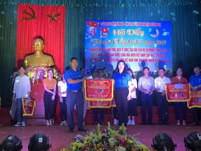 Đồng chí Nguyễn Thị Thơm, Phó Bí thư Tỉnh đoàn trao cờ cho đội đạt giải nhất tại hội thi