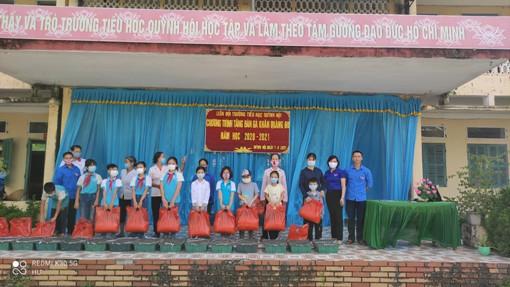 """Đoàn TNCS Hồ Chí Minh xã Quỳnh Hội trao tặng """" Đàn gà khăn quàng đỏ"""" cho các em học sinh có hoàn cảnh khó khăn."""