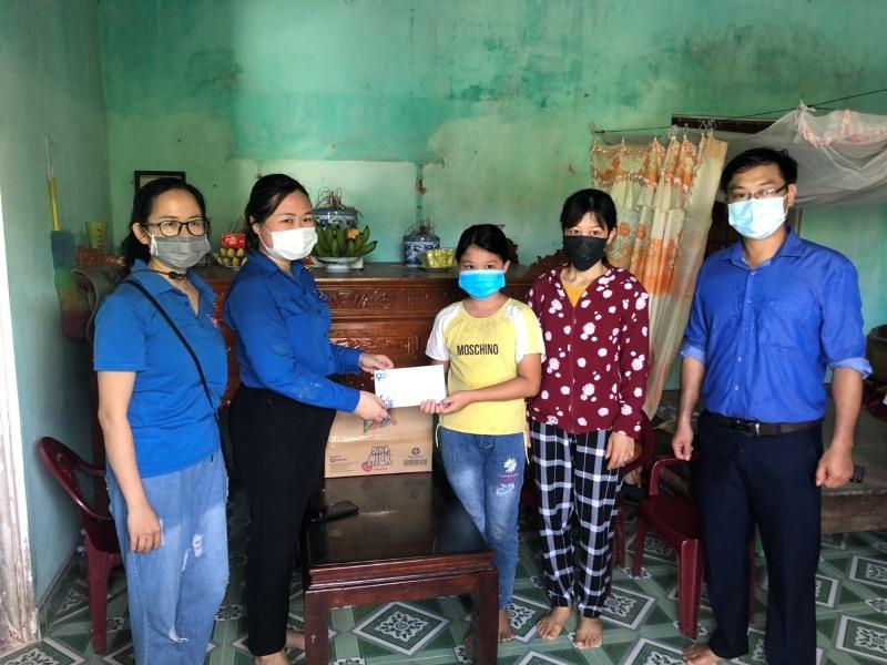 Huyện đoàn Quỳnh Phụ: Hưởng ứng Tháng hành động vì trẻ em- tặng quà thiếu nhi nhân ngày 01/6