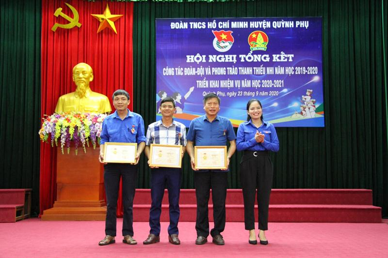 Đồng chí Đinh Thị Hoàn, Phó Bí thư Thường trực Tỉnh đoàn trao tặng Kỷ niệm chương Vì Thế hệ trẻ của BCH TW Đoàn